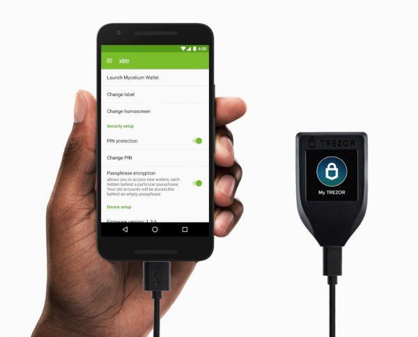 Conexión de hardware wallet Trezor Model T al smartphone por usb